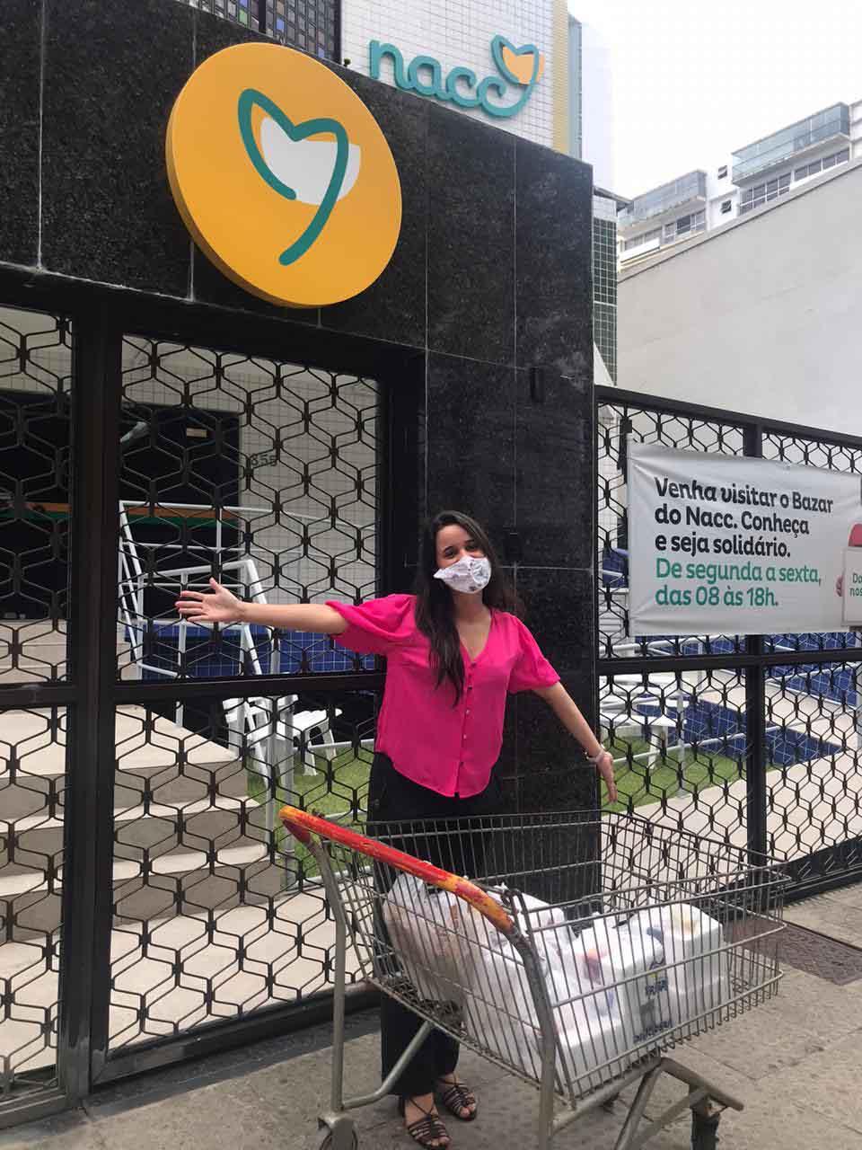 Em vez de usar cupons de desconto, influenciadora doa refeições a moradores de rua e crianças com câncer 1