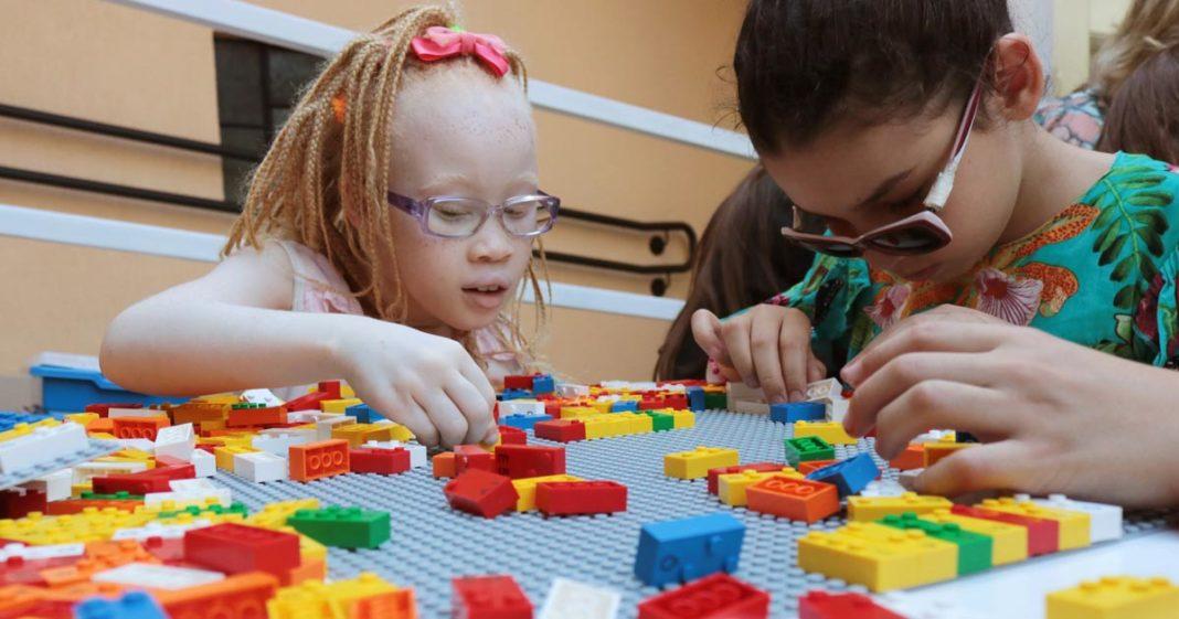 LEGO distribuirá gratuitamente peças em Braille para ensino de crianças cegas de escolas públicas 1