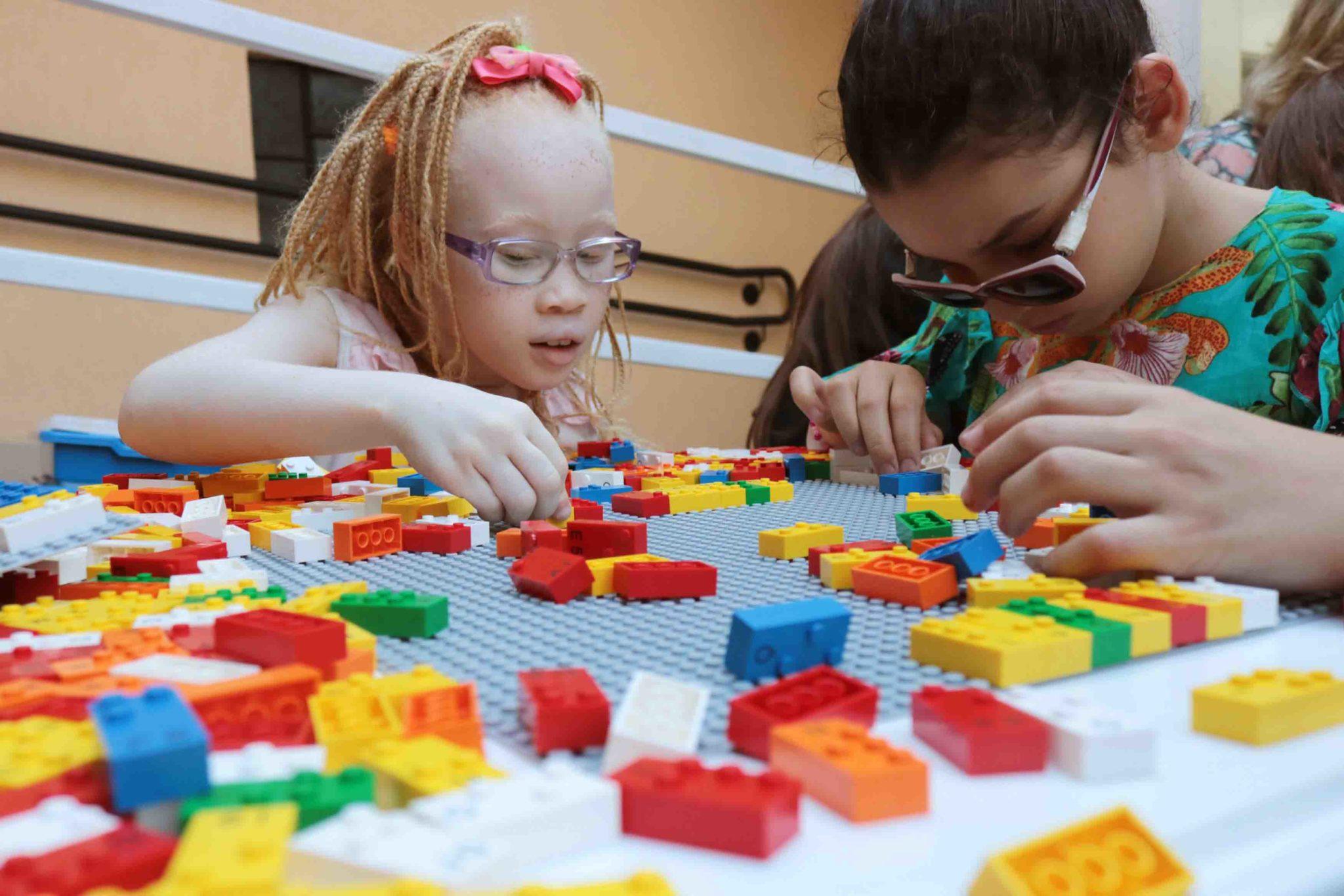 meninas deficientes visuais brincando peças lego