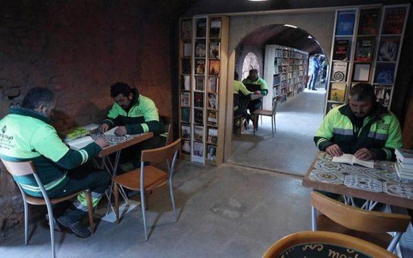biblioteca é criada com livros encontrados no lixo