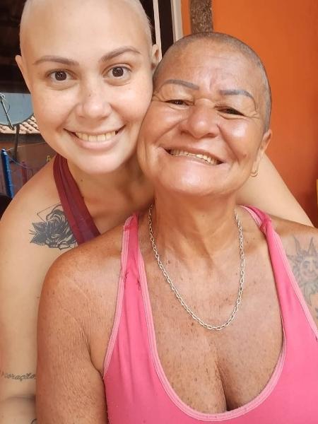 mãe raspa cabelo para homenagear filha
