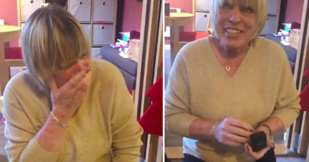 Filha surpreende a mãe com uma réplica do anel de noivado que ela vendeu para pagar contas 2