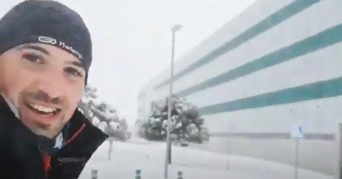 médico espanhol caminhando neve cumprir turno