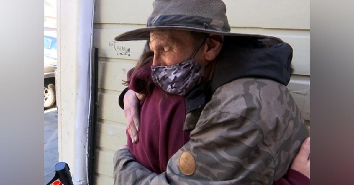 Adolescente arrecada US$ 33 mil para morador de rua que devolveu carteira perdida de sua avó 3
