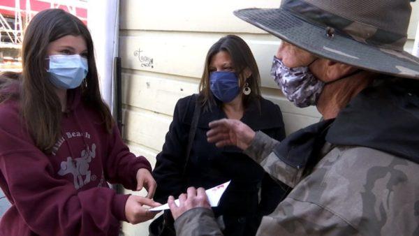 menina arrecada dinheiro para morador de rua