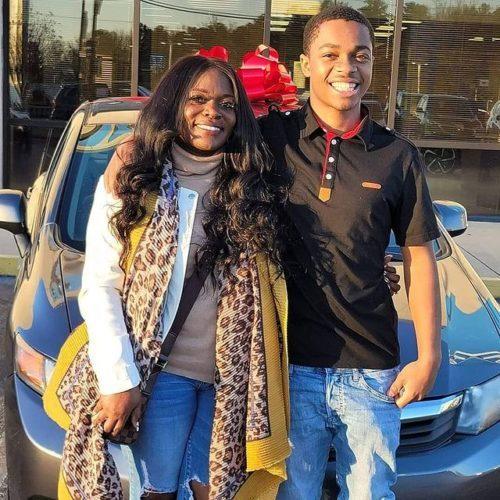 mulher dá carro de presente para jovem