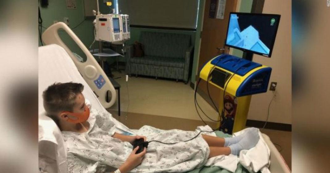 criança tem videogame em hospital