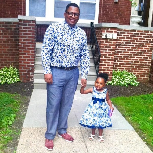 pai costura roupas filha 1