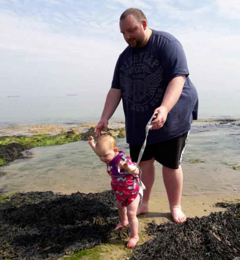 pai brincando filha praia