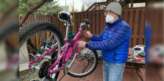 homem conserta bicicleta quintal casa