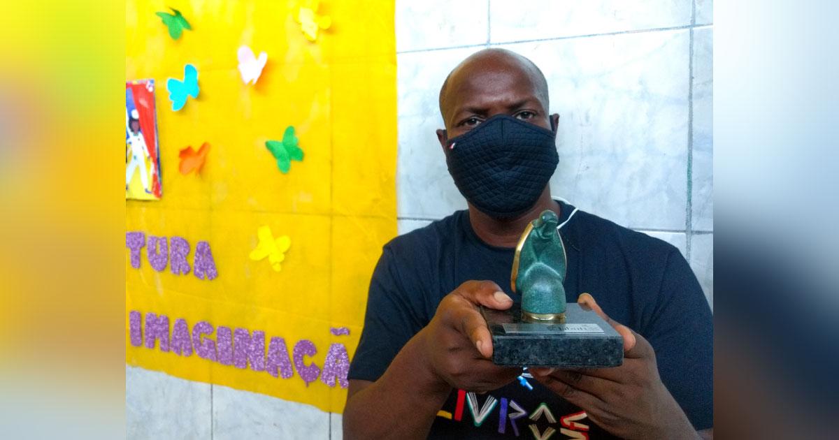 escritor do Complexo do Alemão vence prêmio de literatura