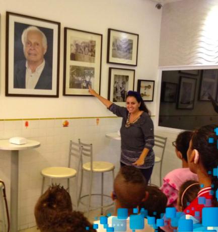 Professora mostrando quadros a alunos