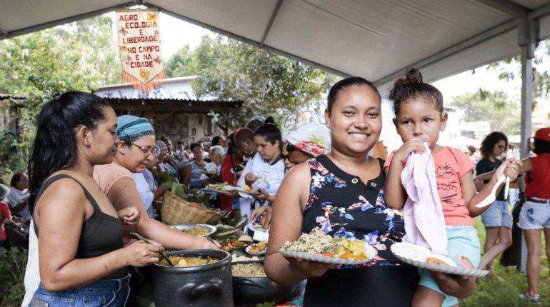 Mulheres e crianças recebendo refeições