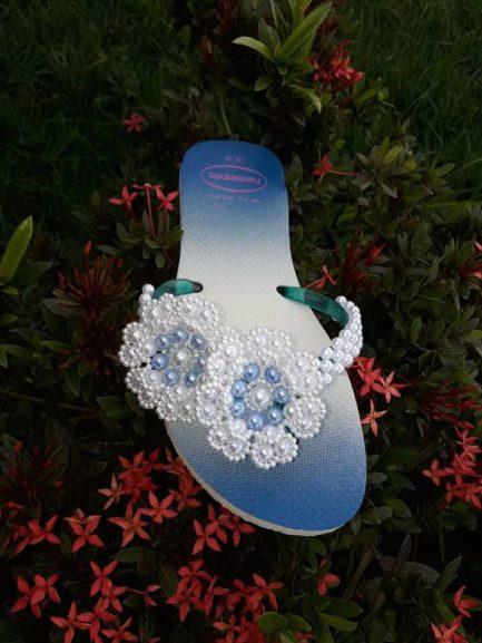 Sandália com bordado de pérolas em forma de flor