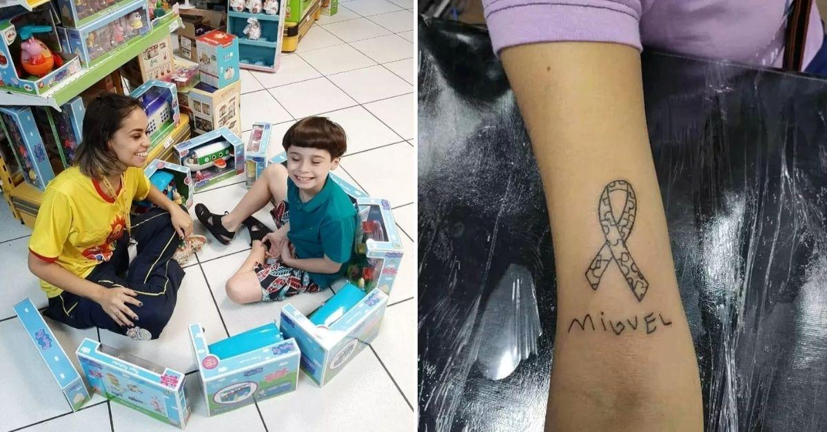 Menino autista sentado com vendedora de loja brincando com brinquedos no chão da loja e tatuagem no braço da vendedora com símbolo do autismo e nome de Miguel
