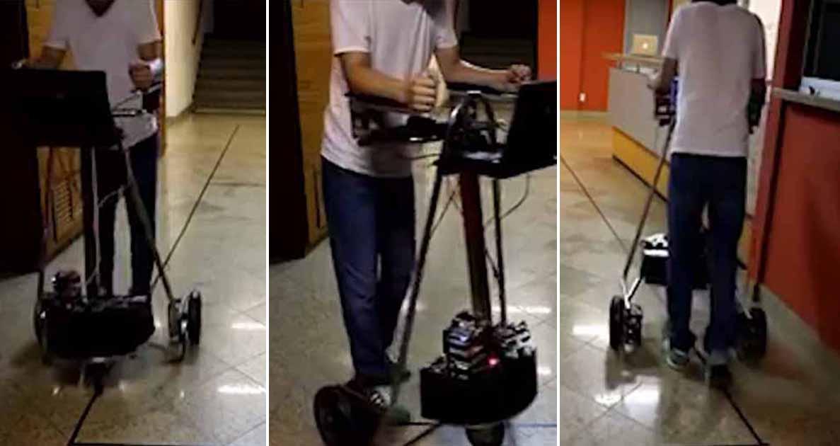 professor testa andador controlado computador