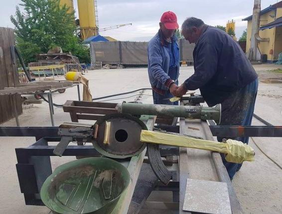 Instrumentos a partir de armas velhas e homens trabalhando recuperando