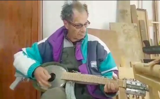 idoso tocando instrumento musical criado a partir de arma