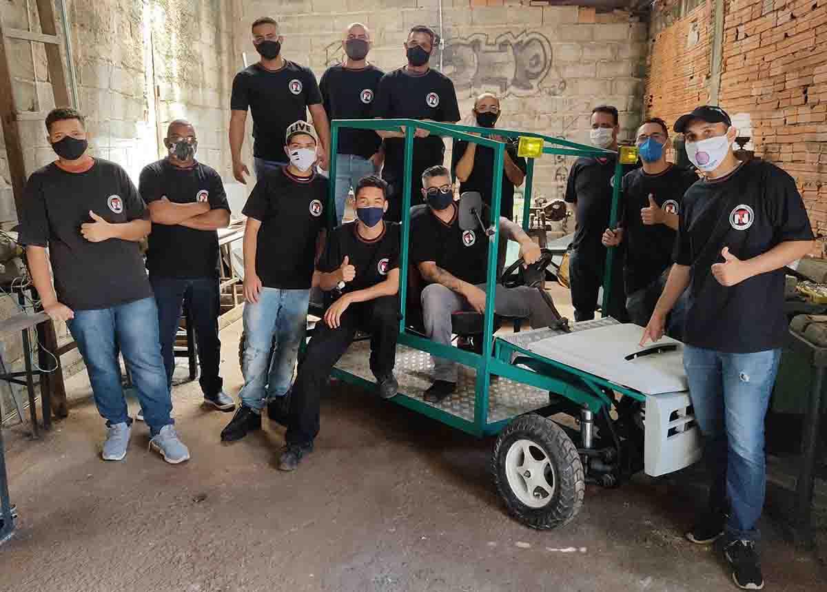 estudantes etec são paulo junto protótipo carro movido energia solar