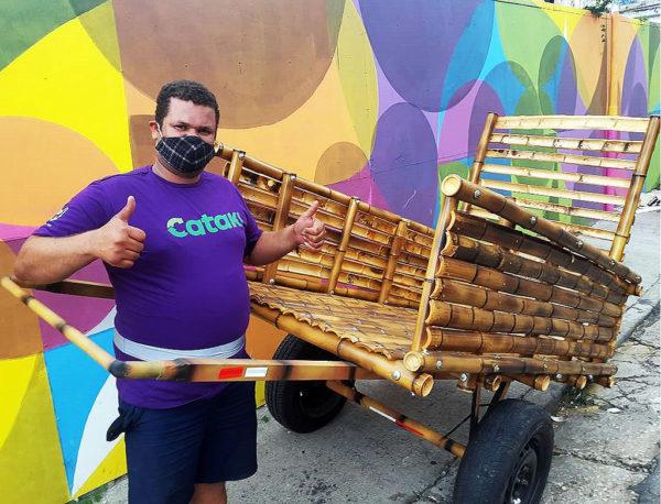catador com sua carroça de bambu