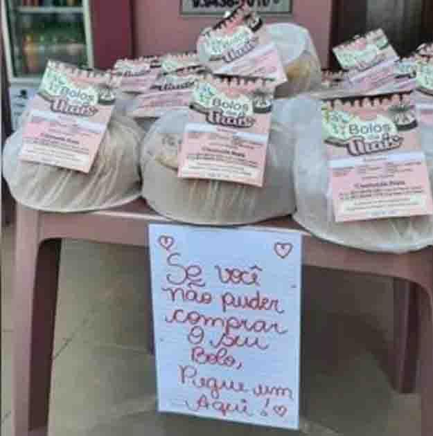 mesa com bolos para doação a quem não pode comprar