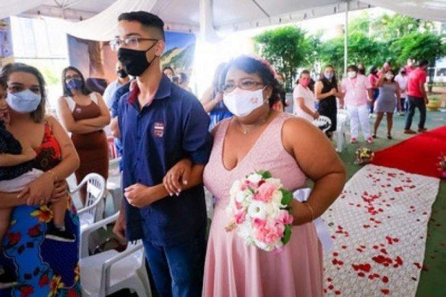 Mulher com cÂncer entrando de rosa em cerimônia de casamento dentro de hospital