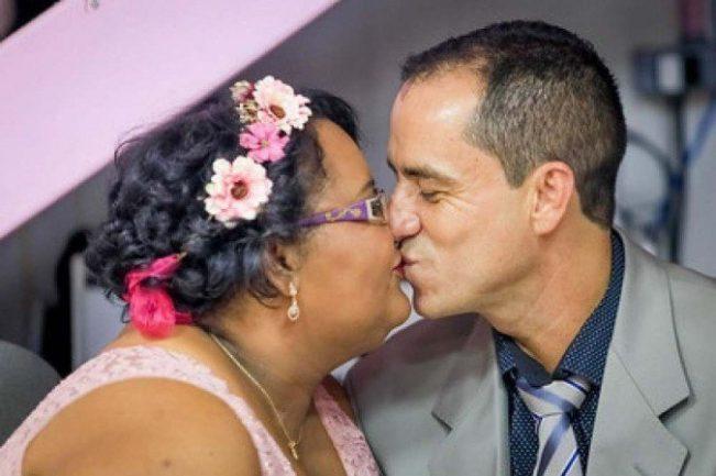 Noivo beijando noiva