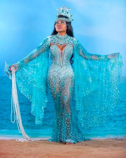Musa de escola de samba de carnaval com fantasia de carnaval