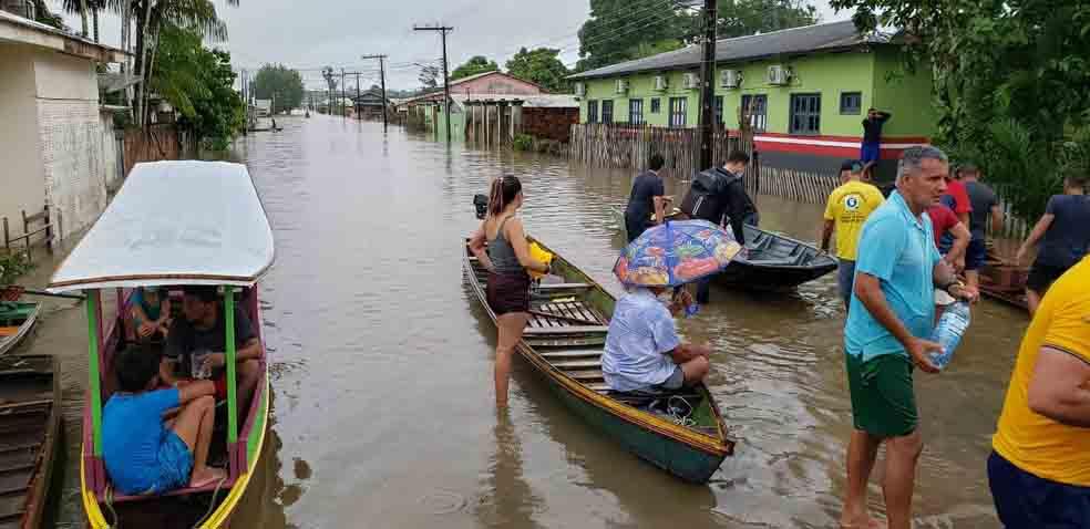 famílias desabrigadas rua alada enchente acre