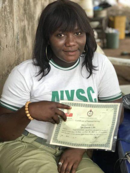 Mulher com diploma na mão