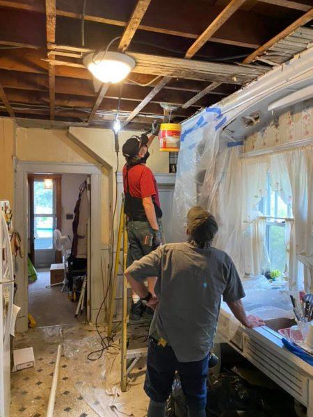 eletricista faz reforma completa na casa de idosa