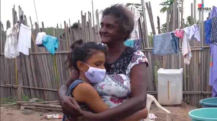 menina abraça mãe quintal casa ocupação irregular
