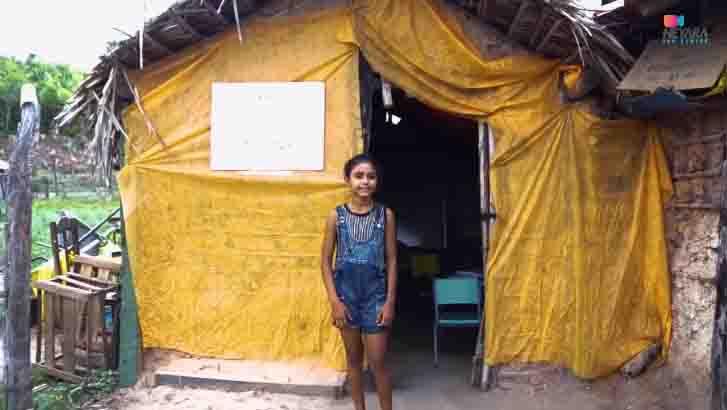 menina frente escolinha construída barraco taipa