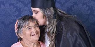 filha beija mãe síndrome de down foto formatura faculdade