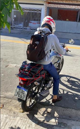 Homem de mochila em moto