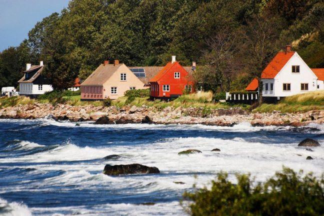 Imagem de ilha com casas na costa
