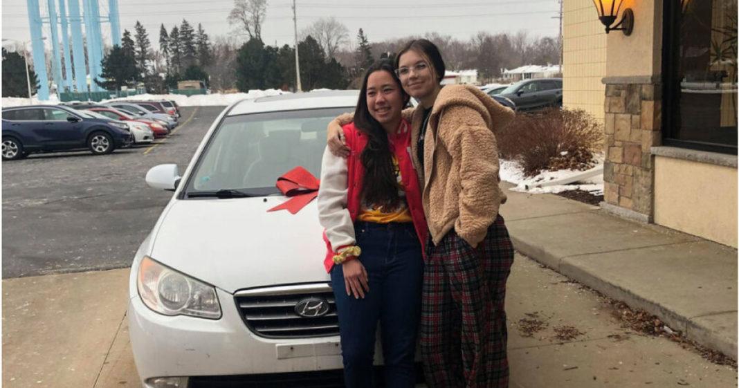 jovem doa carro para amiga de trabalho