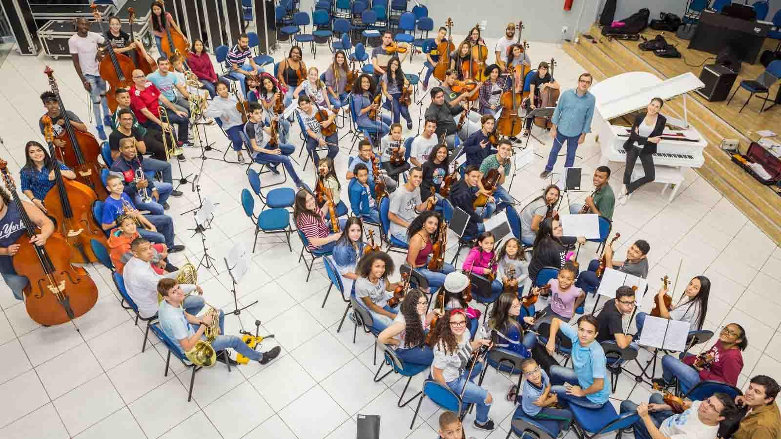 alunos estudando música com pianista