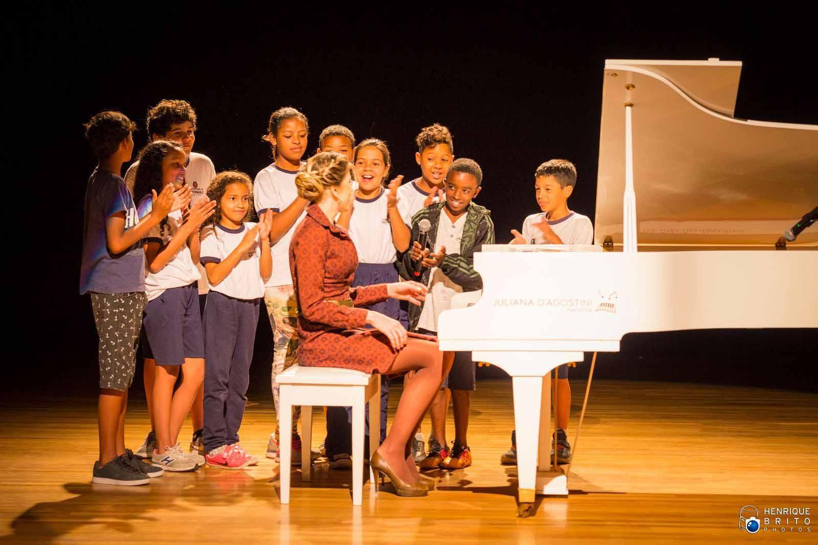 crianças aplaudindo pianista palco teatro