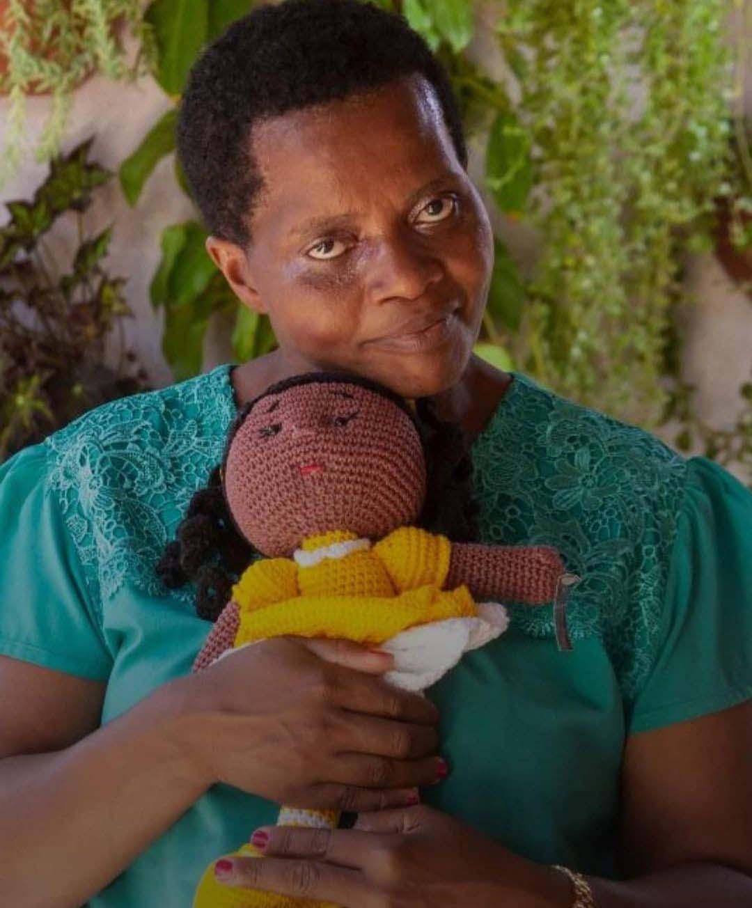 madalena gordiano segurando boneca pano