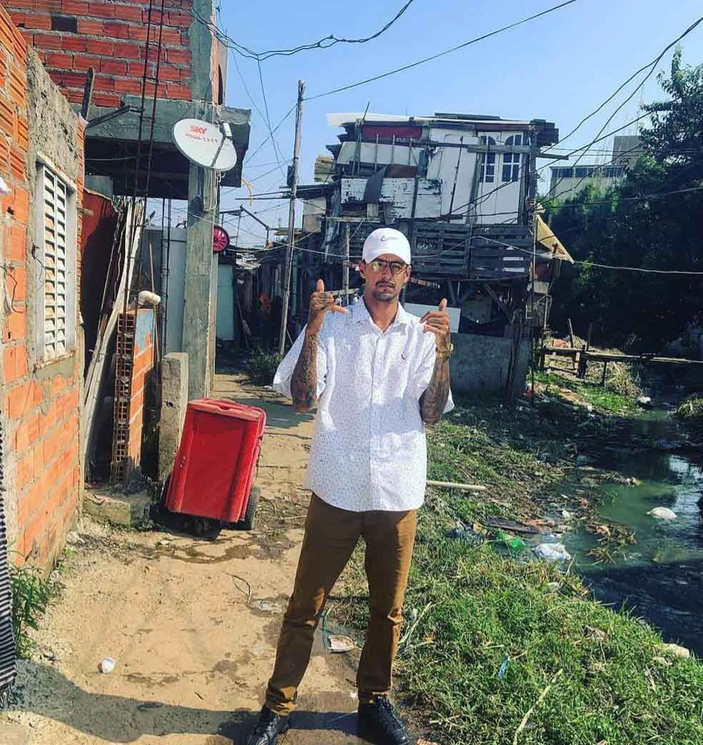 mc viela favela ao lado córrego