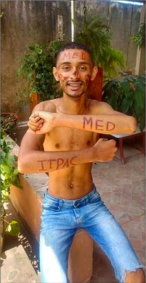 Jovem sem camisa com pinturas indicando aprovação em medicina