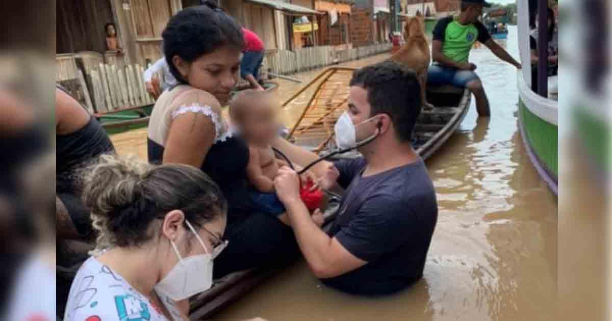 médico mede batimentos cardíacos bebê dentro água enchente acre