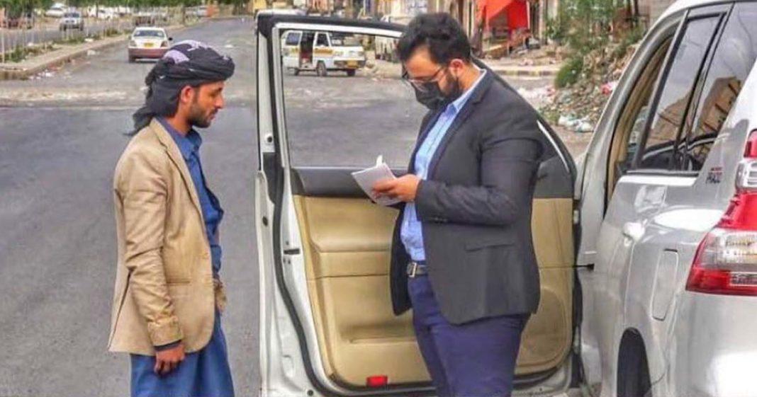 médico iêmen atende paciente graça carro rua