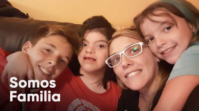 Mãe com três filhos em sofá