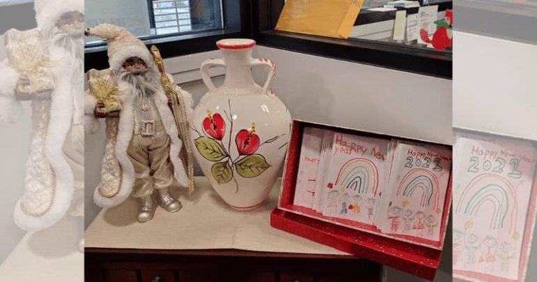 Boneco de Papai Noel e vaso em cima de mesa