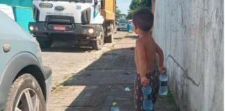 menino recebe coletores lixo agua capa