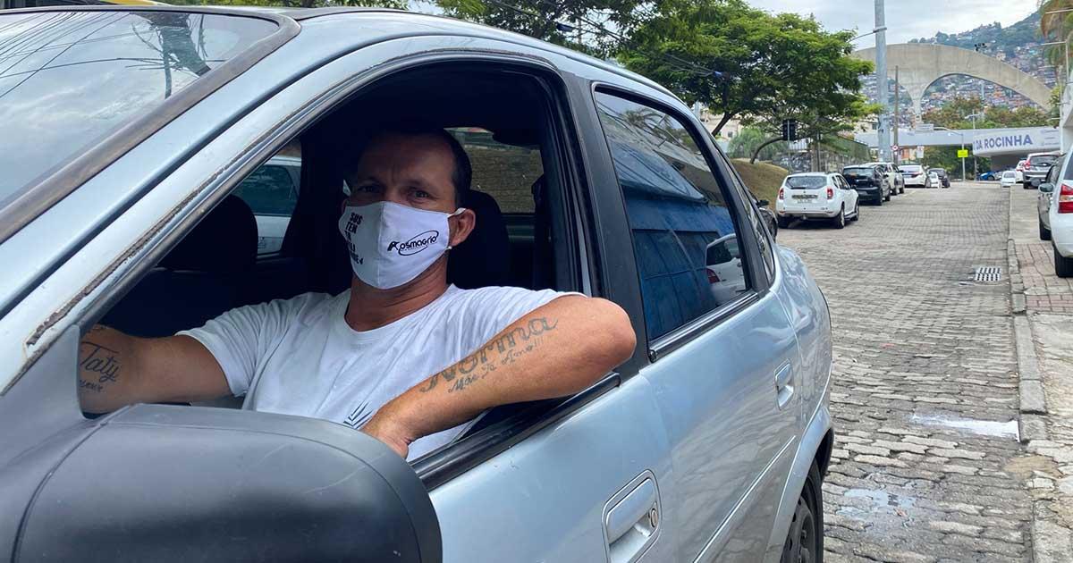 Covid-19: motorista de app leva idosos para se vacinar de graça na Rocinha (RJ) 3