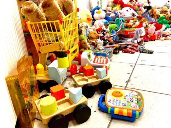 Fotos de vários brinquedos infantis no chão