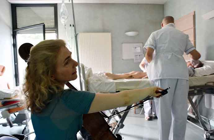 musicista toca violoncelo paciente hospital sessão musicoterapia